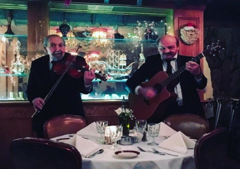 sabatinos-chicago-music-playing